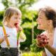 maman et enfant croquant radis dans un jardin
